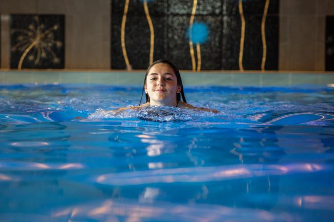 Vacances d'été à la montagne avec piscine